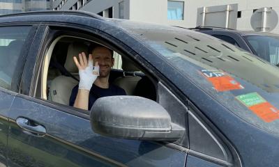 Romain Grosjean sortant de l'hôpital ce mercredi matin