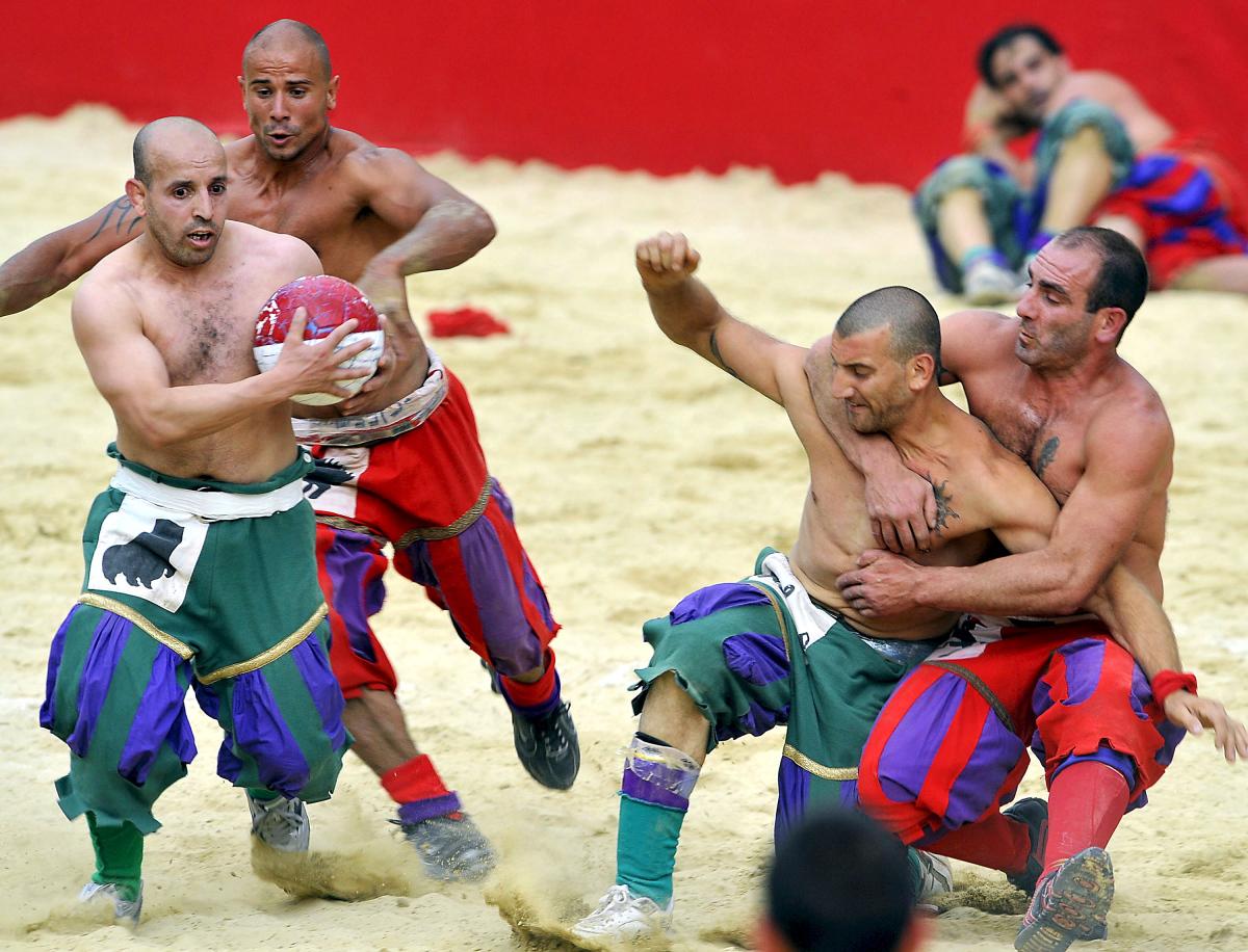 Insolite - Le Calcio Storico : l'un des sports les plus dangereux au monde  | Sport Business Mag